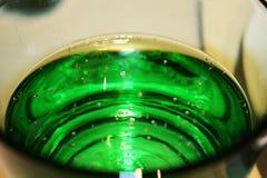 Πράσινο γυαλί με το λαμπιρίζοντας νερό Στοκ Εικόνες