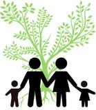 Πράσινο δέντρο με την οικογένεια Στοκ φωτογραφία με δικαίωμα ελεύθερης χρήσης