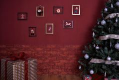 Πράσινο δέντρο Χριστουγέννων με τα παιχνίδια Στοκ Φωτογραφίες