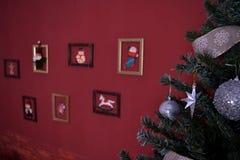Πράσινο δέντρο Χριστουγέννων με τα παιχνίδια Στοκ εικόνες με δικαίωμα ελεύθερης χρήσης