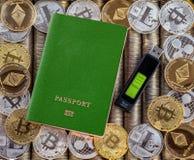 Πράσινο διαβατήριο, υπόβαθρο νομισμάτων μετάλλων τα δολάρια ανασκόπησης μας απομόνωσαν λευκούς νομίσματα μετάλλων Χρυσό ασημένιο  Στοκ φωτογραφία με δικαίωμα ελεύθερης χρήσης
