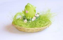 Πράσινο διακοσμητικό αυγό στο καλάθι Στοκ φωτογραφία με δικαίωμα ελεύθερης χρήσης