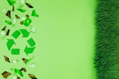 Πράσινο δοχείο απορριμμάτων με το γυαλί στοκ εικόνα με δικαίωμα ελεύθερης χρήσης