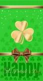 Πράσινο εορταστικό υπόβαθρο με το τριφύλλι και τη χρυσά κορδέλλα και το τόξο Ιπτάμενο προτύπων για την ημέρα του ST Patricks Στοκ εικόνα με δικαίωμα ελεύθερης χρήσης