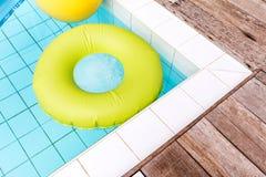 Πράσινο επιπλέον σώμα λιμνών, δαχτυλίδι λιμνών στην πισίνα στοκ φωτογραφία με δικαίωμα ελεύθερης χρήσης