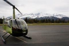 Πράσινο ελικόπτερο στο διάδρομο σε Seward Αλάσκα Στοκ Φωτογραφίες