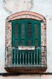 Πράσινο ηλικίας εκλεκτής ποιότητας μπαλκόνι οικοδόμησης κλασικά ευρωπαϊκά αρχιτ&epsilo στοκ φωτογραφίες