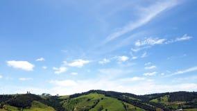 Πράσινο ηλιόλουστο τοπίο βουνών, μπλε ουρανός και άσπρα σύννεφα, σφάλμα κινήσεων, χρονικό σφάλμα φιλμ μικρού μήκους