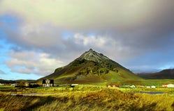 Πράσινο ηφαιστειακό βουνό κοντά στη αγροικία στη βόρεια Ισλανδία Στοκ Εικόνες