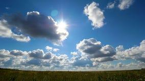 Πράσινο θερινό τοπίο τομέων, timelapse Σύννεφα και τομέας μπλε ουρανού Στοκ Φωτογραφίες