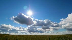 Πράσινο θερινό τοπίο τομέων, timelapse Σύννεφα και τομέας μπλε ουρανού Στοκ εικόνες με δικαίωμα ελεύθερης χρήσης
