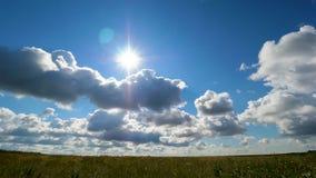 Πράσινο θερινό τοπίο τομέων, timelapse Σύννεφα και τομέας μπλε ουρανού Στοκ Εικόνα