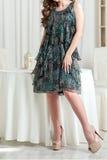 Πράσινο θερινό φόρεμα με flounces Στοκ φωτογραφία με δικαίωμα ελεύθερης χρήσης