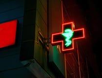 Πράσινο διαγώνιο φαρμακείο στην πόλη με το φίδι στοκ εικόνα