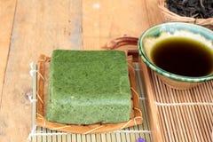Πράσινο ιαπωνικό επιδόρπιο κέικ τσαγιού και πράσινο τσάι Στοκ φωτογραφία με δικαίωμα ελεύθερης χρήσης