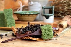 Πράσινο ιαπωνικό επιδόρπιο κέικ τσαγιού και πράσινο τσάι Στοκ Φωτογραφίες