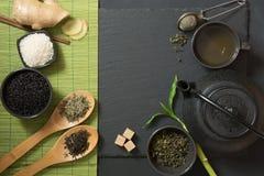 Πράσινο ιαπωνικό τσάι με τα παραδοσιακά τρόφιμα που τίθενται στο μαύρο πίνακα πετρών Τοπ άποψη με το διάστημα αντιγράφων Στοκ Φωτογραφία