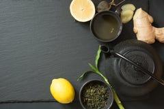 Πράσινο ιαπωνικό τσάι στο μαύρο πίνακα πετρών Τοπ άποψη με το διάστημα αντιγράφων Τετραγωνική εικόνα Στοκ φωτογραφία με δικαίωμα ελεύθερης χρήσης