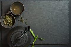 Πράσινο ιαπωνικό τσάι στο μαύρο πίνακα πετρών Τοπ άποψη με το διάστημα αντιγράφων Στοκ φωτογραφία με δικαίωμα ελεύθερης χρήσης