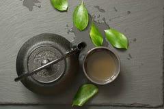 Πράσινο ιαπωνικό τσάι στο μαύρο υπόβαθρο πλακών Μαύρα teapot και κύπελλο με το πράσινο τσάι Τοπ άποψη, διάστημα αντιγράφων Στοκ φωτογραφία με δικαίωμα ελεύθερης χρήσης
