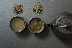 Πράσινο ιαπωνικό τσάι στο μαύρο υπόβαθρο πλακών Μαύρα teapot και κύπελλο με το πράσινο τσάι Τοπ άποψη, διάστημα αντιγράφων Στοκ Φωτογραφίες