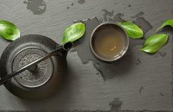 Πράσινο ιαπωνικό τσάι στο μαύρο υπόβαθρο πλακών Μαύρα teapot και κύπελλο με το πράσινο τσάι Τοπ άποψη, διάστημα αντιγράφων Στοκ εικόνα με δικαίωμα ελεύθερης χρήσης
