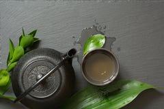 Πράσινο ιαπωνικό τσάι στο μαύρο υπόβαθρο πλακών Τοπ άποψη με το διάστημα αντιγράφων Στοκ Εικόνα