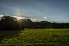 Πράσινο λιβάδι με το ηλιοβασίλεμα στοκ φωτογραφία με δικαίωμα ελεύθερης χρήσης