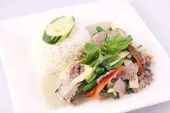 Πράσινο κάρρυ βόειου κρέατος με το ρύζι, ταϊλανδικά τρόφιμα. Στοκ Φωτογραφία