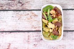 Πράσινο κάρρυ κοτόπουλου στο γάλα καρύδων με τη μακριά μελιτζάνα Στοκ εικόνες με δικαίωμα ελεύθερης χρήσης