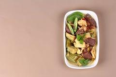 Πράσινο κάρρυ κοτόπουλου στο γάλα καρύδων με τη μακριά μελιτζάνα Στοκ Φωτογραφίες