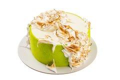Πράσινο κέικ γενεθλίων την ιταλική μαρέγκα που απομονώνεται με στο λευκό Στοκ εικόνα με δικαίωμα ελεύθερης χρήσης