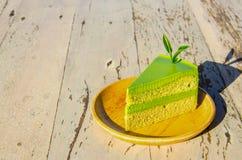 Πράσινο κέικ τσαγιού στον ξύλινο πίνακα Στοκ εικόνα με δικαίωμα ελεύθερης χρήσης