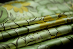 Πράσινο, κίτρινο χρωματισμένο προσφορά κλωστοϋφαντουργικό προϊόν, κυματισμένο κομψότητα υλικό Στοκ φωτογραφία με δικαίωμα ελεύθερης χρήσης