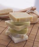 Πράσινο και άσπρο σαπούνι σε ένα ξύλινο υπόβαθρο Στοκ φωτογραφίες με δικαίωμα ελεύθερης χρήσης