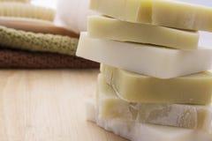 Πράσινο και άσπρο σαπούνι σε ένα ξύλινο υπόβαθρο Στοκ εικόνες με δικαίωμα ελεύθερης χρήσης