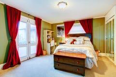 Πράσινο και κόκκινο άνετο νέο ενήλικο δωμάτιο Στοκ Φωτογραφίες