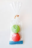 Πράσινο και κόκκινο Macaron στην όμορφη συσκευασία Στοκ Εικόνες