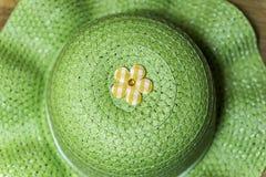 Πράσινο καπέλο θερινών ήλιων με την κίτρινη διακόσμηση λουλουδιών καρό Στοκ Εικόνες