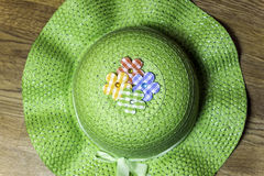 Πράσινο καπέλο κηπουρικής χωρών με τα λουλούδια και την κορδέλλα υφάσματος Στοκ Φωτογραφίες