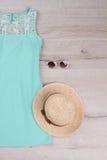 Πράσινο καπέλο φορεμάτων και αχύρου Στοκ Φωτογραφία