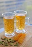 Πράσινο καρδάμωμο με το πράσινο τσάι στο φλυτζάνι γυαλιών στο ξύλινο γραφείο Στοκ φωτογραφίες με δικαίωμα ελεύθερης χρήσης