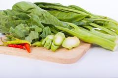 Πράσινο κατσαρό λάχανο στο άσπρο υπόβαθρο Στοκ Εικόνες