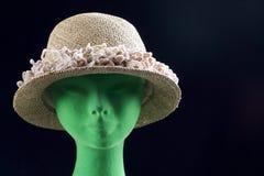 Πράσινο κεφάλι μανεκέν με την μπροστινή άποψη καπέλων αχύρου Στοκ εικόνα με δικαίωμα ελεύθερης χρήσης