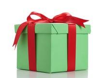 Πράσινο κιβώτιο δώρων το κόκκινο τόξο κορδελλών που απομονώνεται με στο λευκό Στοκ φωτογραφία με δικαίωμα ελεύθερης χρήσης
