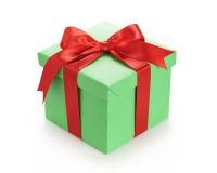 Πράσινο κιβώτιο δώρων με το κόκκινο τόξο κορδελλών στο λευκό Στοκ Φωτογραφίες