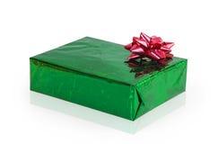Πράσινο κιβώτιο δώρων με το κόκκινο τόξο Στοκ φωτογραφίες με δικαίωμα ελεύθερης χρήσης