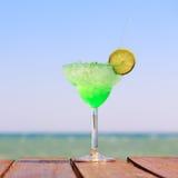 Πράσινο κοκτέιλ νεράιδων στην ξύλινη αποβάθρα Έννοια του εξωτικού cockt Στοκ Εικόνα