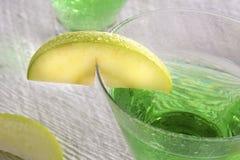 Πράσινο κοκτέιλ της Apple Martini στην κινηματογράφηση σε πρώτο πλάνο Στοκ Εικόνα