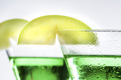 Πράσινο κοκτέιλ της Apple Martini στον περίβολο Στοκ φωτογραφία με δικαίωμα ελεύθερης χρήσης